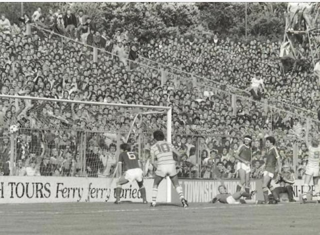 @kjhardwell @Neiltruechels @ChelseaFC What a great night I was there that night, the first live bbc div 2, game. A week later Grimsby away to win the league. I found the pic above of Brighton away earlier in the season. A few Chelsea behind that goal. https://t.co/dipS8aytQT