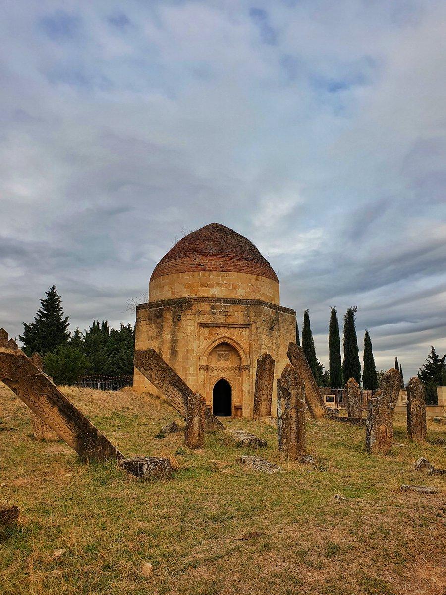 砂漠にできた新しいハイウェイを、茫漠とした景色の中ただひたすらに走ると、1時間半ほどでシャマヒの町に辿り着く。町の入り口の墓所(ネクロポリス)には、現代のお墓と17世紀の王朝の廟が共存していた。
