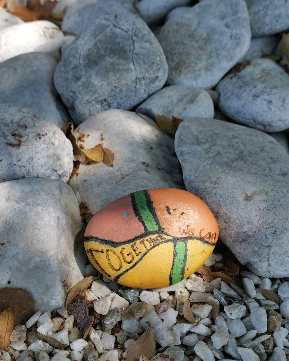 Alguien dejó esta piedra debajo del árbol frente a mi casa. No sé si la tomó prestada y la devolvió pintada... pero el mensaje que dejó es el que necesitamos en estos días: juntos podemos. https://t.co/CEuz14gdPX
