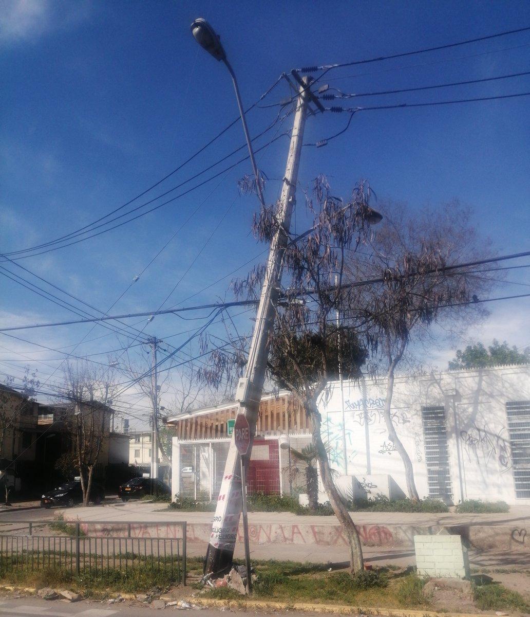 [19:15] #PosteChocado en San José con Séneca, comuna de Maipú. Conducir con precaución. https://t.co/LYGhu6Wf0r