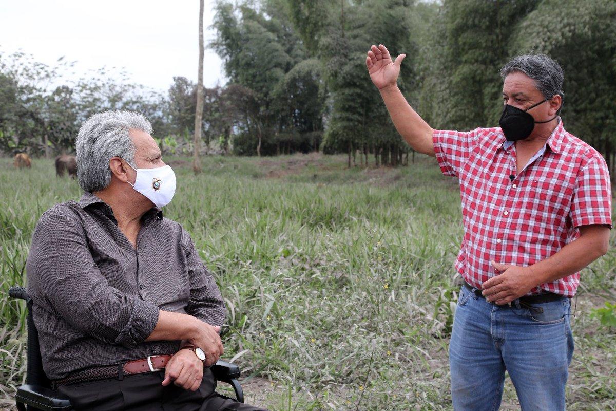 ¡Llegamos a Cumandá, Chimborazo! Nos reunimos con productores y alcaldes para reforzar las acciones en las zonas afectadas por el #Sangay. Apoyamos al sector agropecuario con nuevos créditos y diferimos por 6 meses el pago de créditos vigentes en la banca pública. #JuntosEcuador https://t.co/PtfnQGKeeg