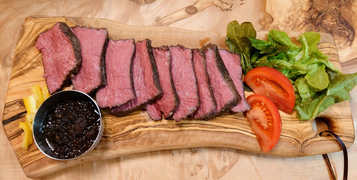 キャンプ行けなかったので、お家でキャンプ飯\(^o^)/奮発して和牛モモ肉で作りました♪#おうちごはん #キャンプ飯#ローストビーフ