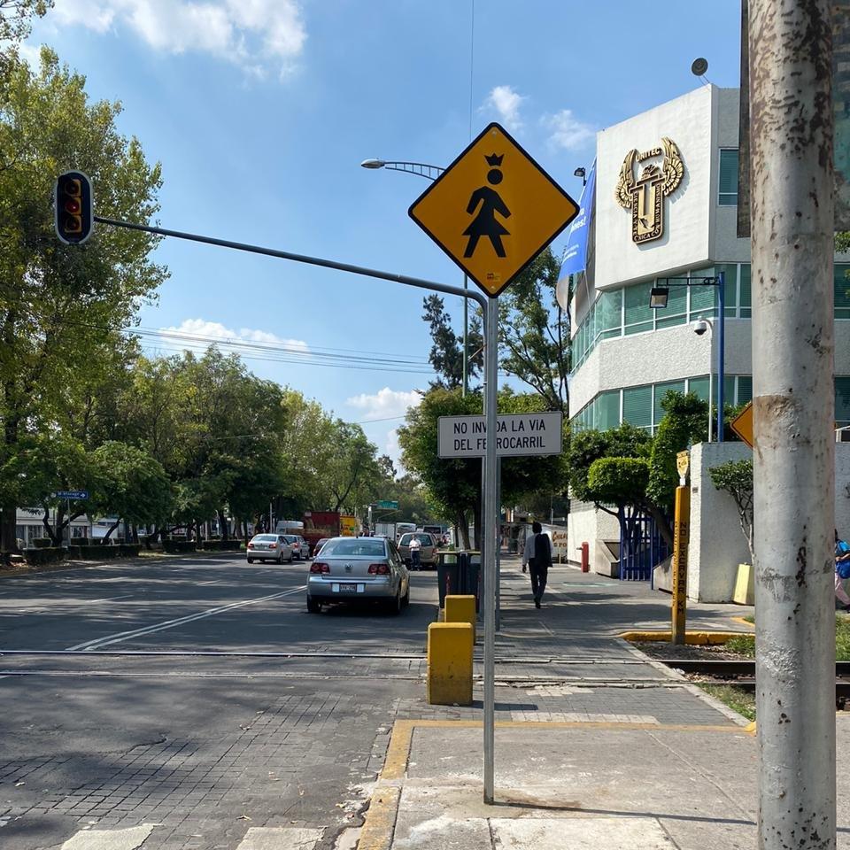 En este #DíaMundialSinAuto continuamos con la colocación de señalización igualitaria. Podrás encontrar a la #ReinaPeatona en los cruces de Av. Marina Nacional y Ferrocarril de Cuernavaca.   #MHelCorazónDeLaCapital https://t.co/Q6q4kSmz6r