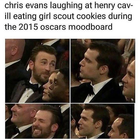 Chris Evans rindo de Henry Cavill que tava comendo biscoitinho de escoteiras durante a premiação do oscar.   Daí eu já imagino que deixam o povo passando fome mesmo na cerimônia. https://t.co/0XIh97AZcY