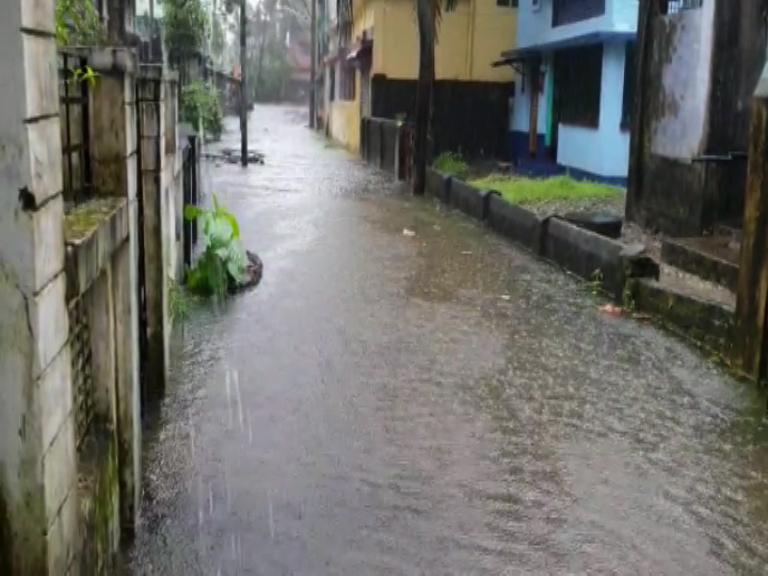 উত্তরবঙ্গে রাতভর ভারী বর্ষণ, জারি কমলা সতর্কতা, দক্ষিণেও বিক্ষিপ্ত বৃষ্টির পূর্বাভাস https://t.co/GcWtj1pe5L  #WeatherForecast #WeatherUpdate #BengalRainUpdate https://t.co/VmKLdq5sfr