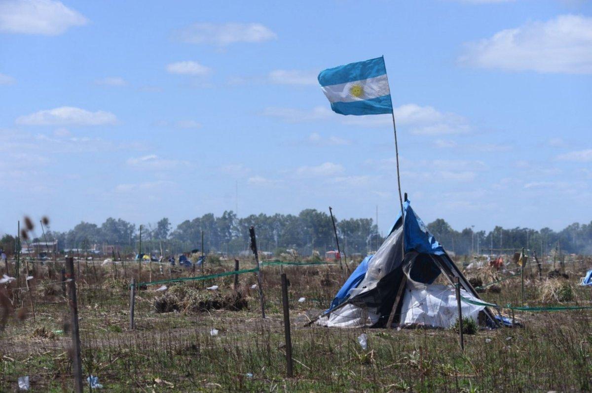 😠🤦♂️ #Usurpación #Terrenos   #LosHornos #LaPlata   Quisieron realizar una toma de terrenos, pero los detuvieron  La Policía impidió que 20 personas usurpen tierras en 150 y 69.  https://t.co/wP8EtZCIMv https://t.co/QsRhQTKPh1