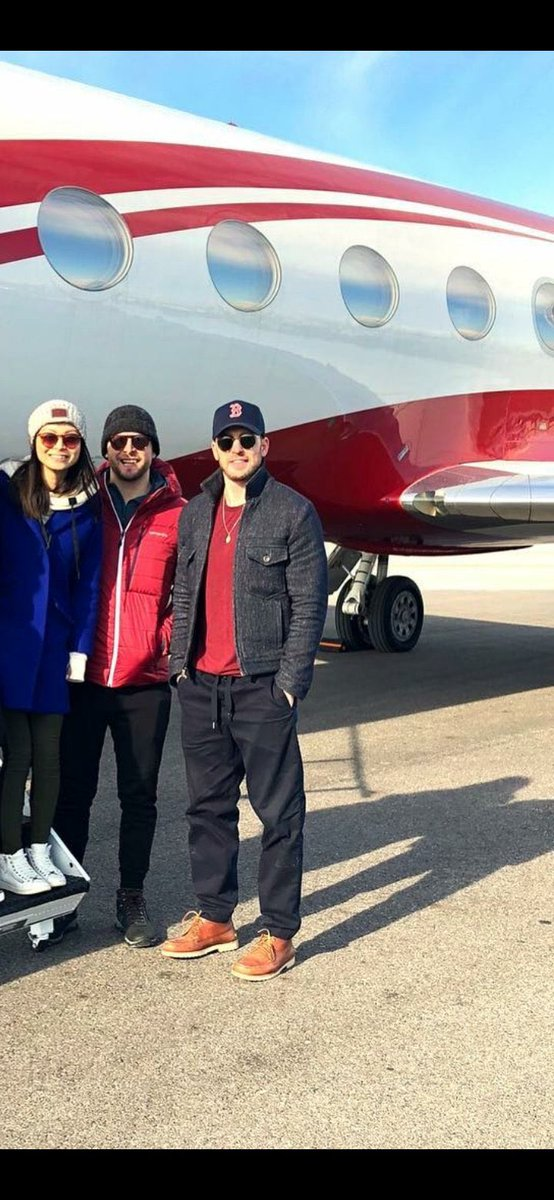 awww look at chris evans in front of his private jet.... he RICH rich! https://t.co/Fbe1yaW9Na