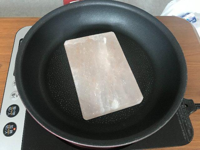 【オモコロブロス】上で焼けば塩気が付く岩塩プレートで、いろいろと焼いてみました。岩塩プレートの塩分だけで塩焼きそばを作る