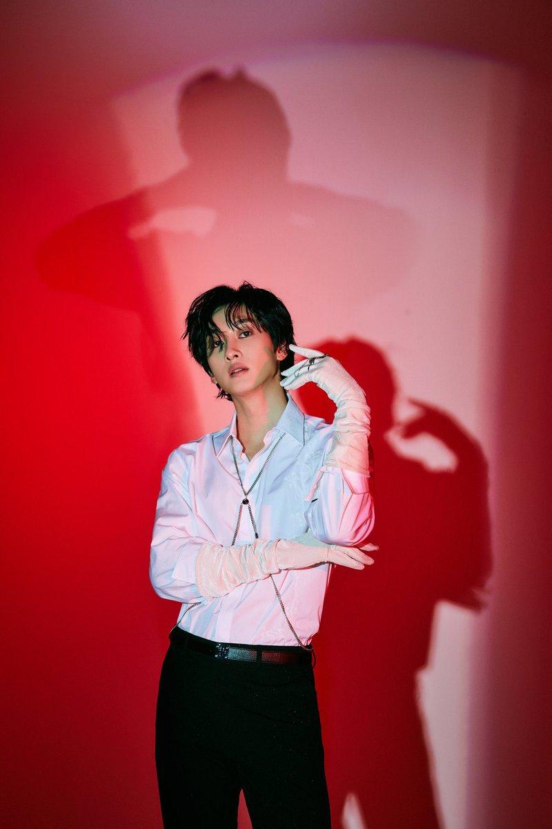hyukjae posing like a rich madam with velvet gloves and diamond rings #SuperJuniorDnE #BAD_LIAR https://t.co/SY5O5RXORg