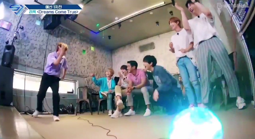 The son's school performance and all the uncles come and support!! 🤣🤣  #SuperJunior @SJofficial #Ryeowook https://t.co/q3DS0LORgD