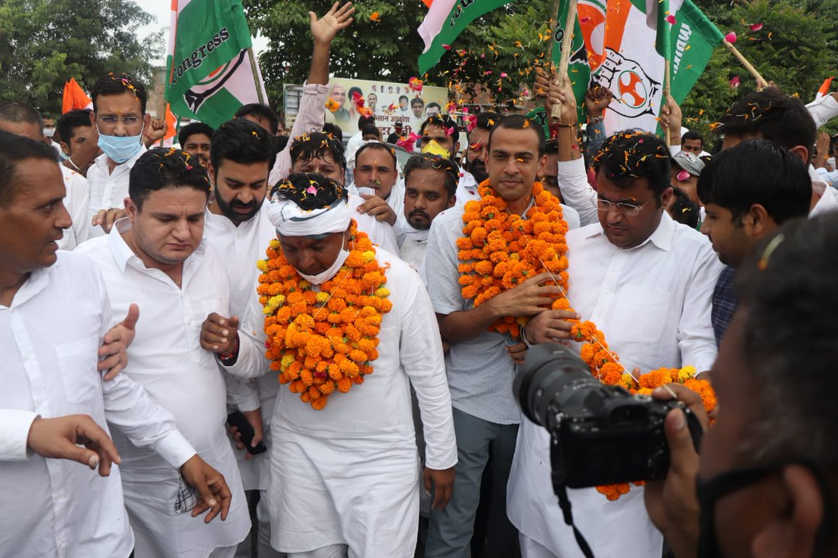 IYC National In-charge Shri @Allavaru and National President Shri @srinivasiyc joined by IYC leaders and a multitude of farmers and youth of Haryana, addressed the sea of supporters and flagged off the Kisan Aakrosh Tractor rally in Panipat. #IndiaDoesntTrustModi