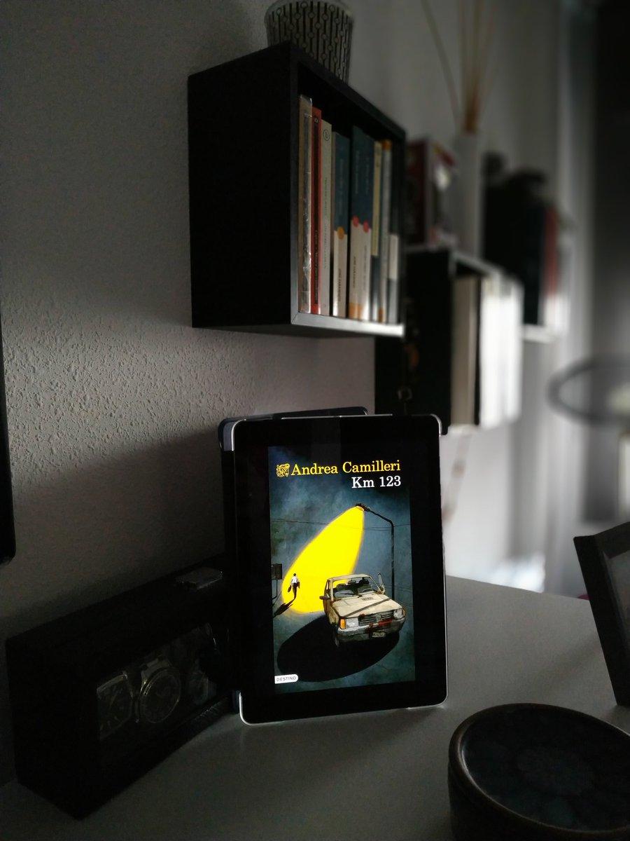 """#Km123 de #AndreaCamilleri Un móvil apagado, unos mensajes desesperados, un """"accidente"""", un descubrimiento, una venganza...Todo en muchas conversaciones... #LecturasRecomendadas #MeGustaLeer https://t.co/UmLKPJGcII"""