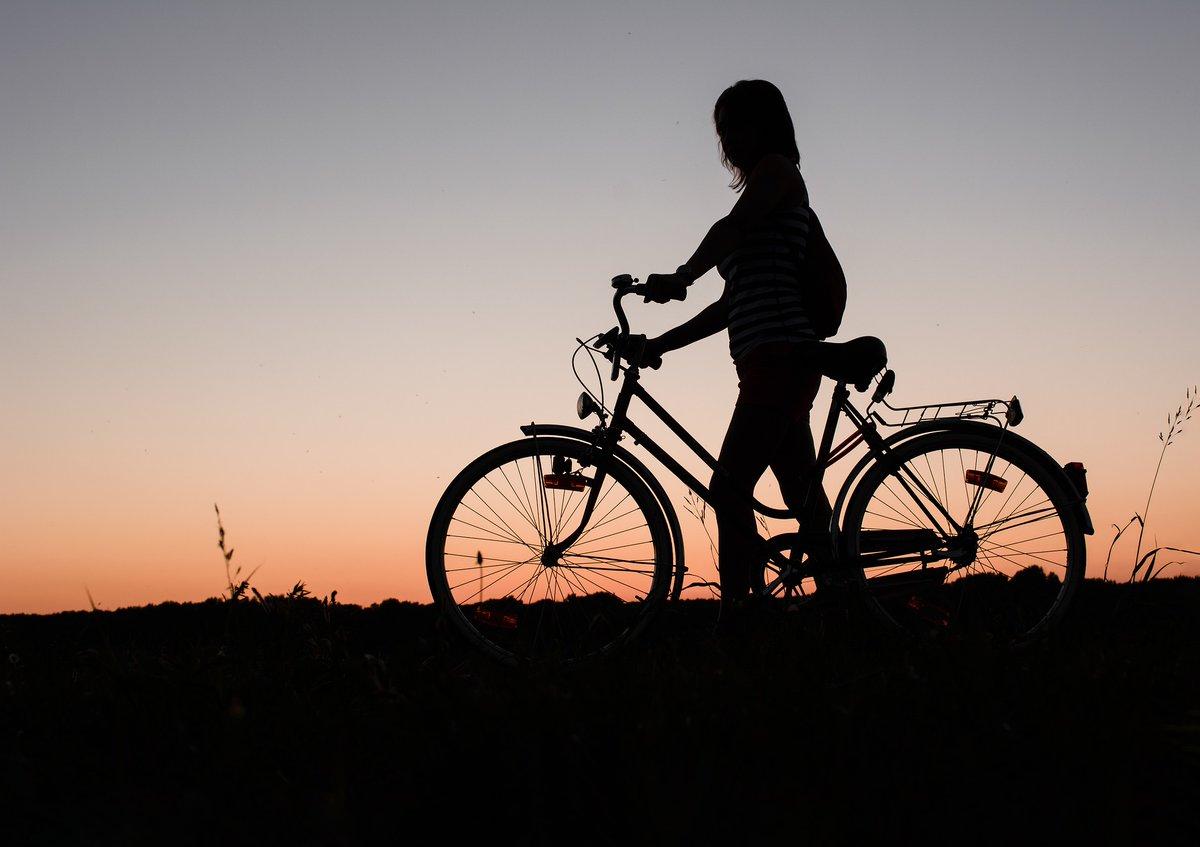 ℹ️ La #ConselleriadeMovilidad ha establecido una deducción del 10% para comprar #bicicletas y vehículos #eléctricos de movilidad personal 📅 Solicitudes con plazo máximo 10 de noviembre 🔗 Aquí tienes en enlace con toda la información oficial https://t.co/YC2t879qw5 https://t.co/u91FzNT7Ff