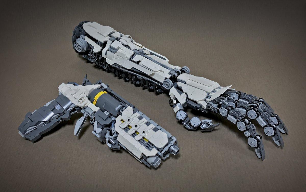 レゴブロックで1/1スケールのロボットアームとブラスターを作ったよ。 指や甲が可動しますので銃を握る事も可能です。 上腕の内側はゴム製の弾帯パーツにドロイドボディを連結することで人工筋肉っぽくしてみました。 【つづく】 #BMAガンメック #レゴ #LEGO https://t.co/10dAvp2tsL