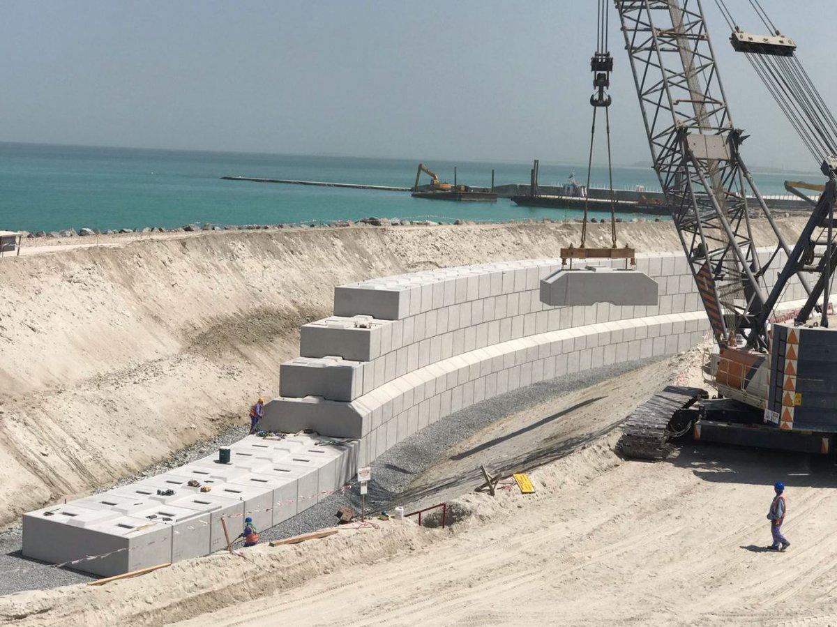 Proyectos internacionales con #prefabricados #hormigón: Construcción de muro de contención del muelle con forma de serpiente en Saadiyat Island - Abu Dhabi. Fuente https://t.co/iusiH1LI12 https://t.co/xBvoaAMFmG