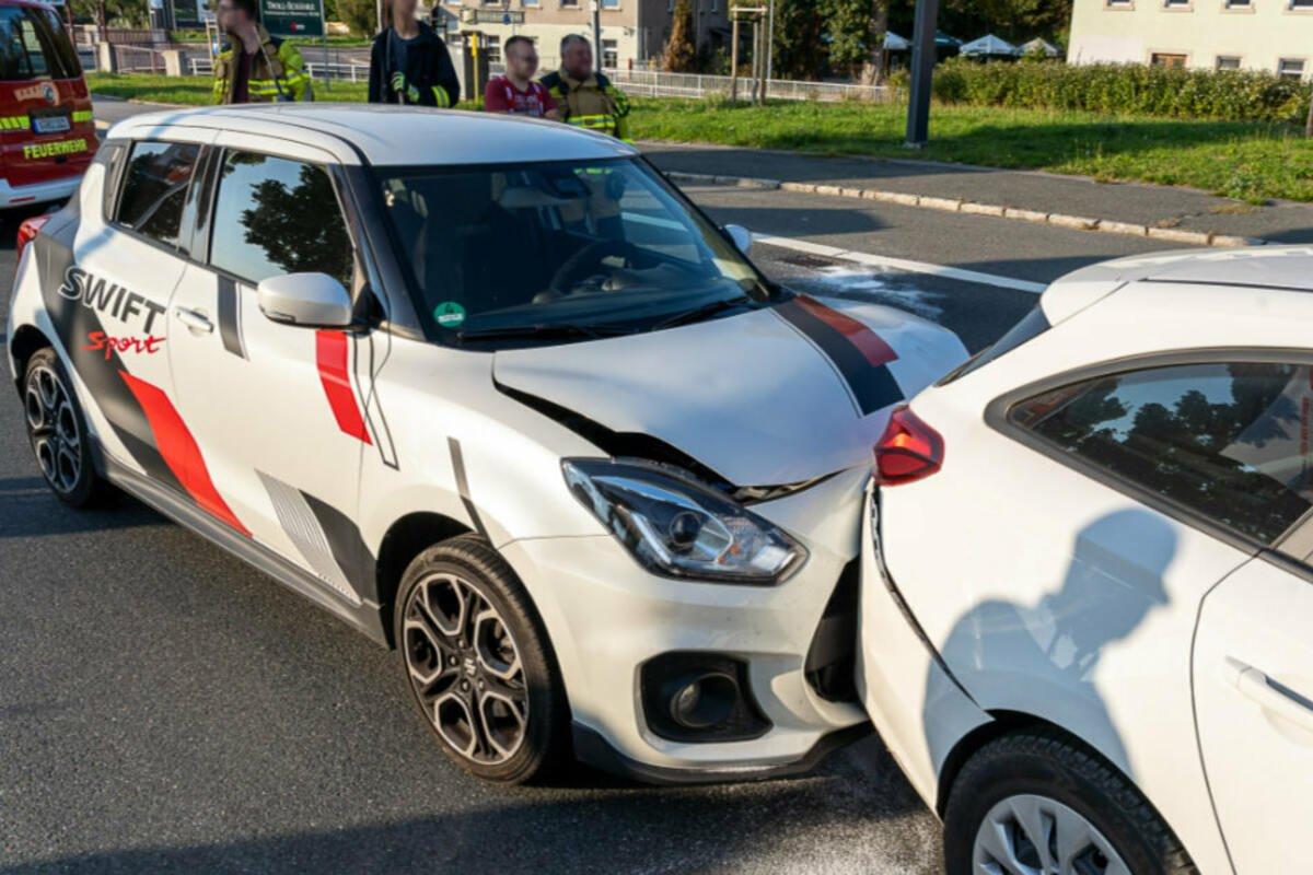 VW kommt in Gegenverkehr und löst Auffahrunfall aus: Zwei Verletzte in #Rodewisch. https://t.co/bqypyB2xDs https://t.co/EqXc4pSqYU