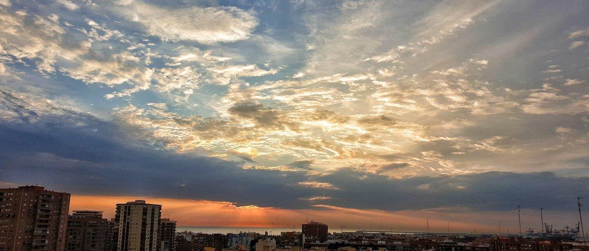 Se puede elegir....oscuridad o luz. Se luz...  #Skylover #amanecer  #Otono2020  #Autumn  #sunrise https://t.co/HuJML8iWMJ