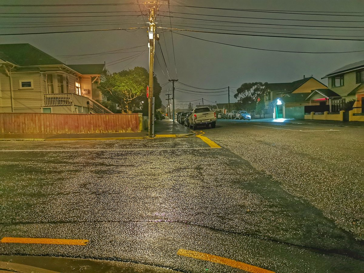 Took a short walk this evening to catch the different lights mixing with the rain/drizzle. There is some interesting distortion caused the artificial light that was around. #Colours #Rain #Evening #Lights #Kilbirnie #Lyallbay https://t.co/wU8Kj5HjKQ