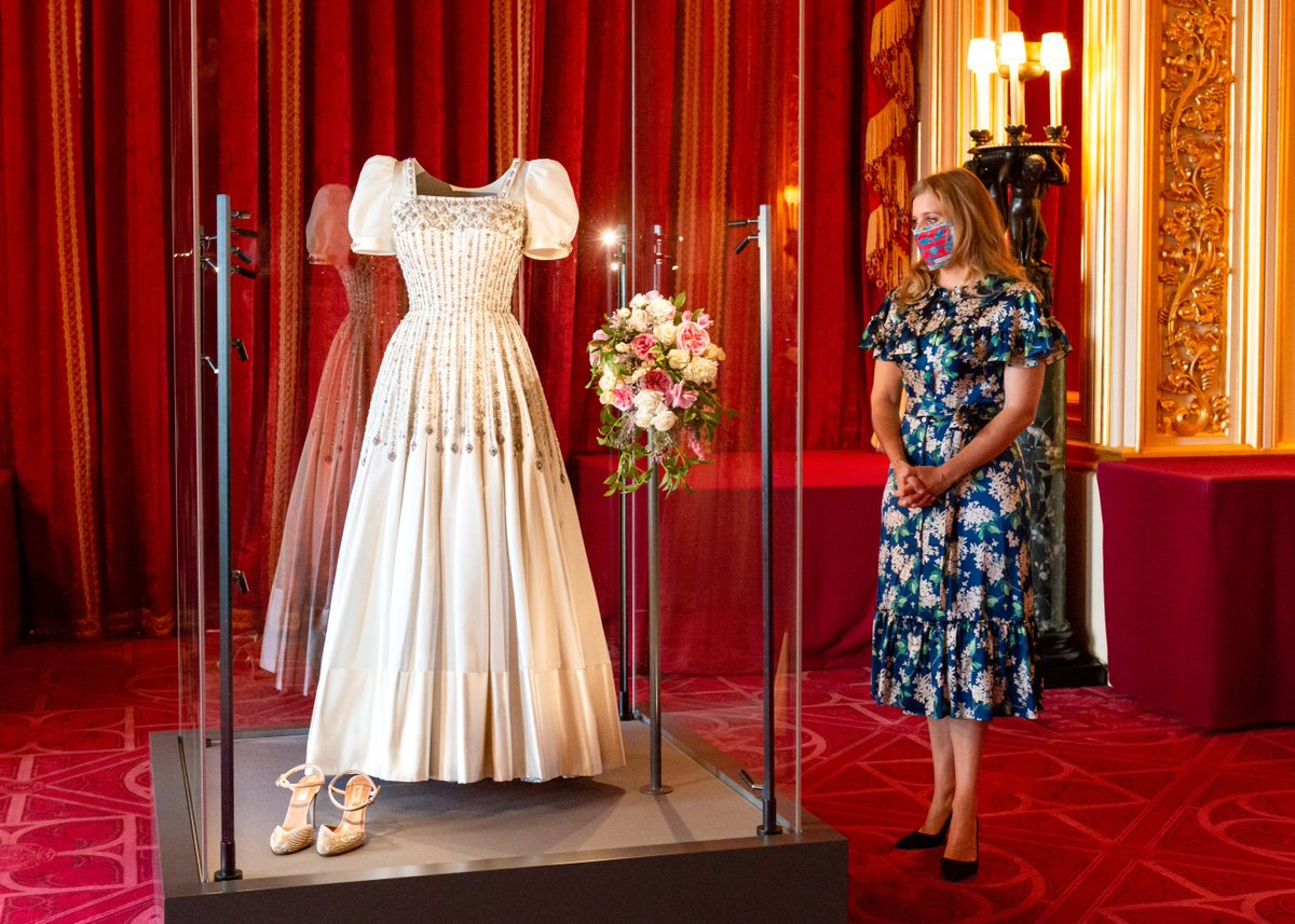👰 From today, visitors to Windsor Castle will be able to see Princess Beatrice's wedding dress on display. https://t.co/hbmbRGc3Qz