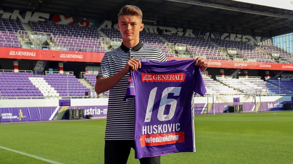 """✍️ Muharem Huskovic unterzeichnet seinen ersten Profivertrag bei Austria Wien  🗯 Ralf Muhr, Leiter Profi-Lizenzabteilung: """"Muki zeigt schon mit 17 sehr gute Leistungen in der 2. Liga und ist ein großes violettes Offensivversprechen.""""  ℹ️ https://t.co/dPddTS0tkn #faklive #LigaZwa https://t.co/1gWZbLdVL9"""