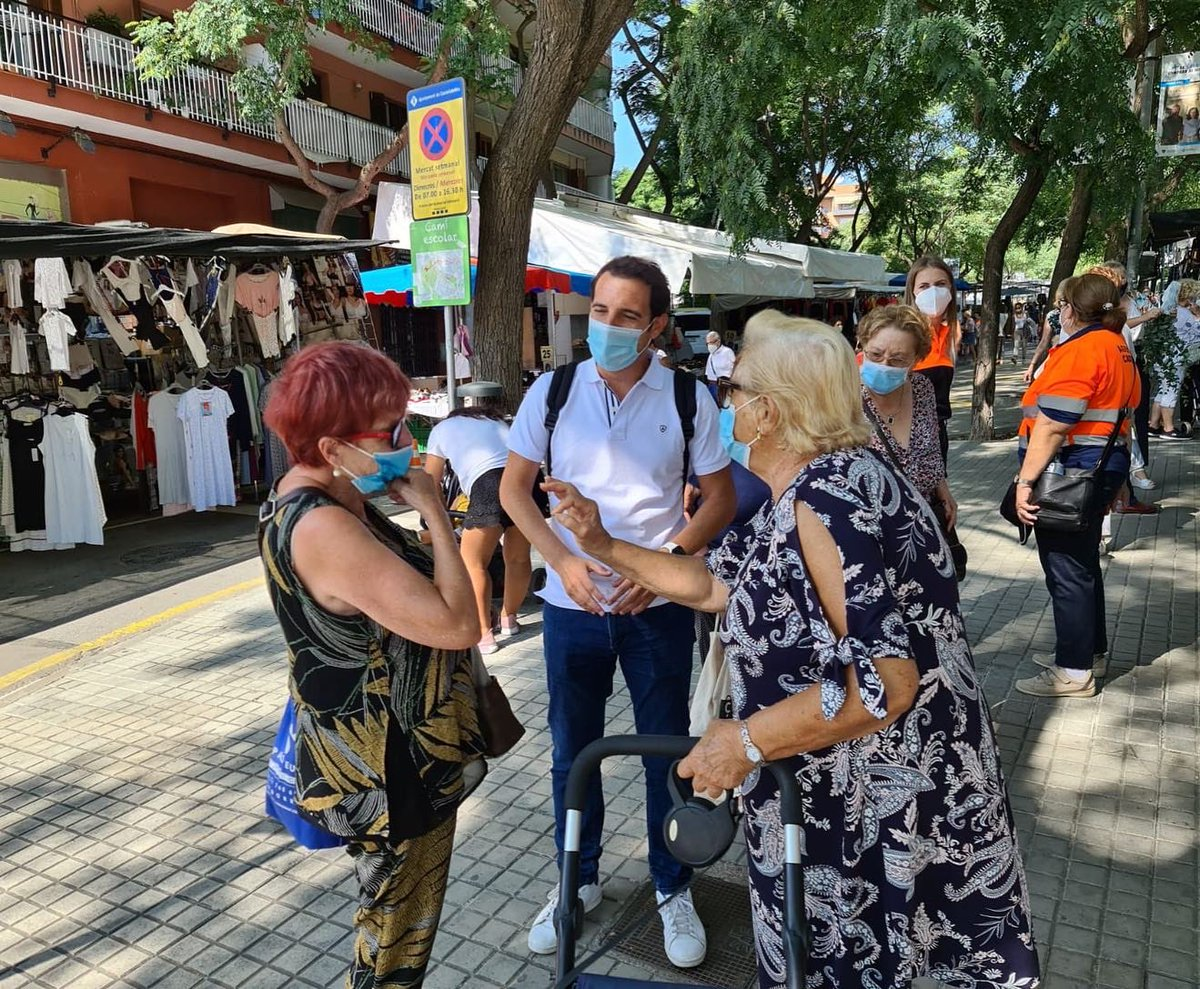Esta mañana en el mercadillo de Castelldefels escuchando a nuestros vecinos para dar respuestas a los problemas que nos cuentan están padeciendo #castelldefels #manualcalde #populares https://t.co/ujmwOu6e27