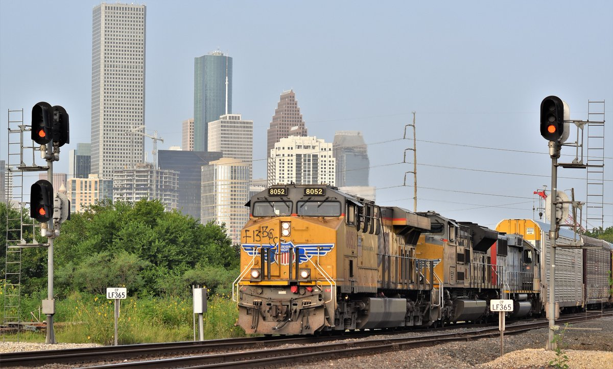 Here comes a @UnionPacific approaching Tower 26 w/ the city of #Houston in the background. #Train #Trains #Trainphoto #Trainphotos #Railphoto #Railphotos #Railfanning #Railphotos #Railphotography #Trainphotography #UP8052 https://t.co/iMA03n3JOM