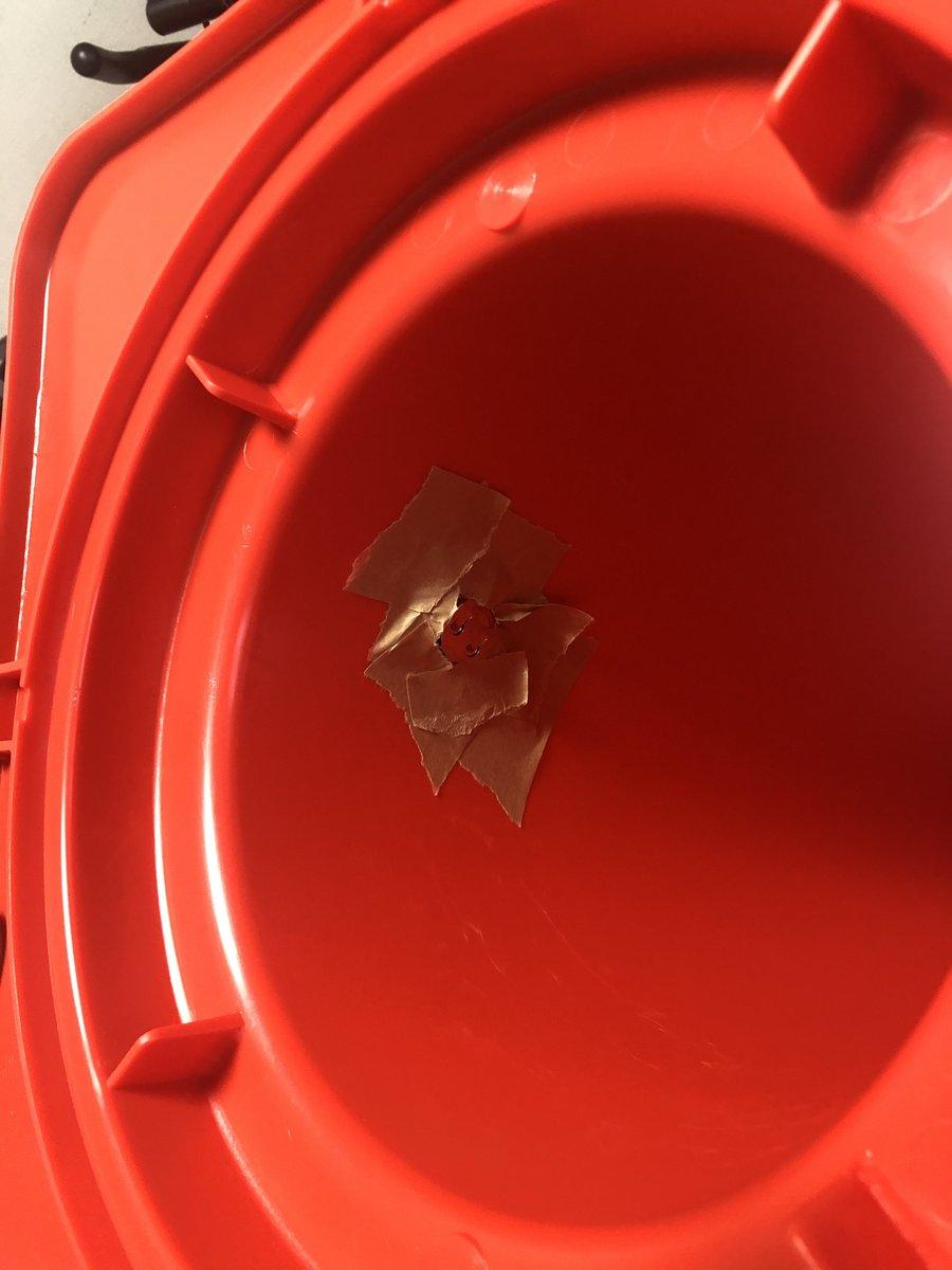 届いた三角コーンに違和感があるとバイトに言われ見てみたらコーンの中に小型の機械が貼り付けられてて本気でビビったし、更についていた手紙を見て二度ビビったよね。家にあるコーン全部検査するか……