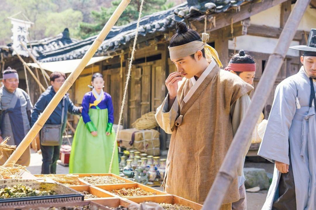 """[OFFICIAL] tvnasia Instagram Update with #D_O  """"#.100DaysMyPrince The prince is having fun at the villager marketplace. Even though his memories are lost, he still has a noble taste for the best quality""""  🔗https://t.co/ZNMlK3tkCz  #디오 #엑소 #EXO @weareoneEXO https://t.co/WkIxOK4AAU"""