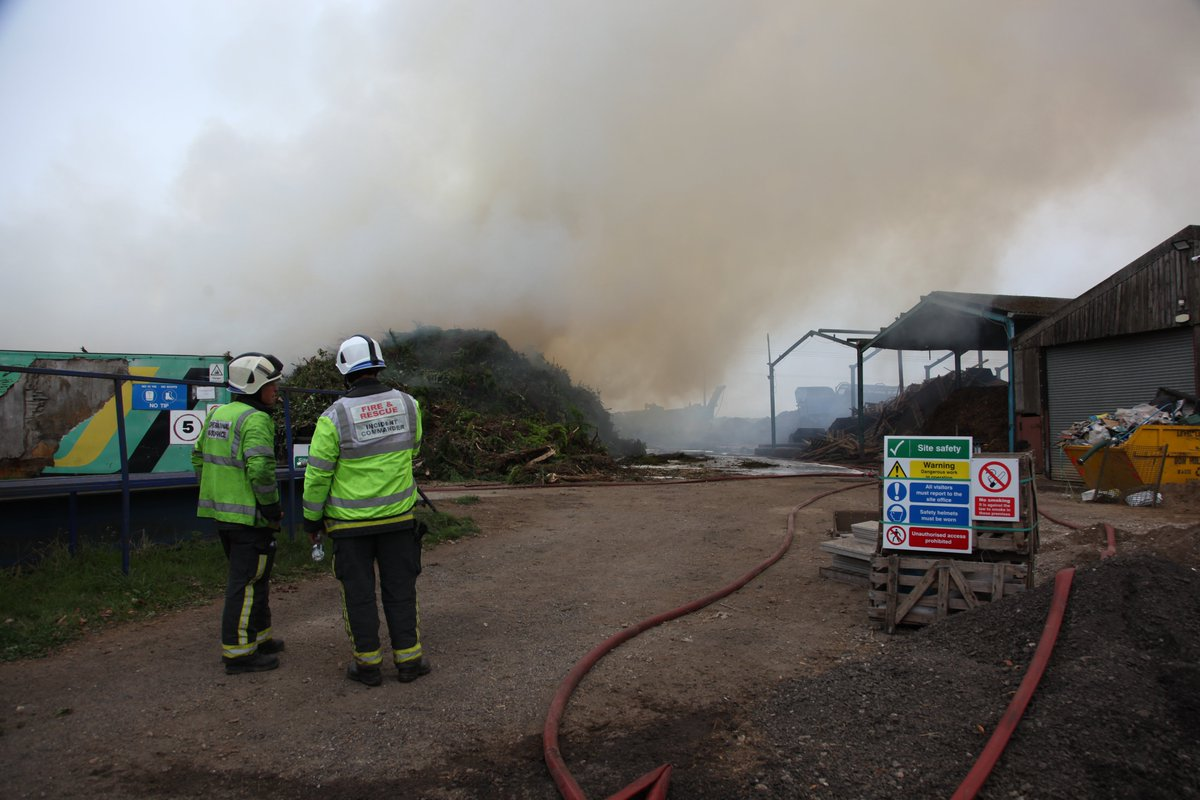 More pictures here from the farm fire in #Bramley, #Rotherham... 📸  We've still got 7⃣ fire engines on scene with crews working hard to tackle the blaze.   We estimate there is now around 300 tonnes of wood chippings and 300 tonnes of green waste involved. https://t.co/xydnDstr8H