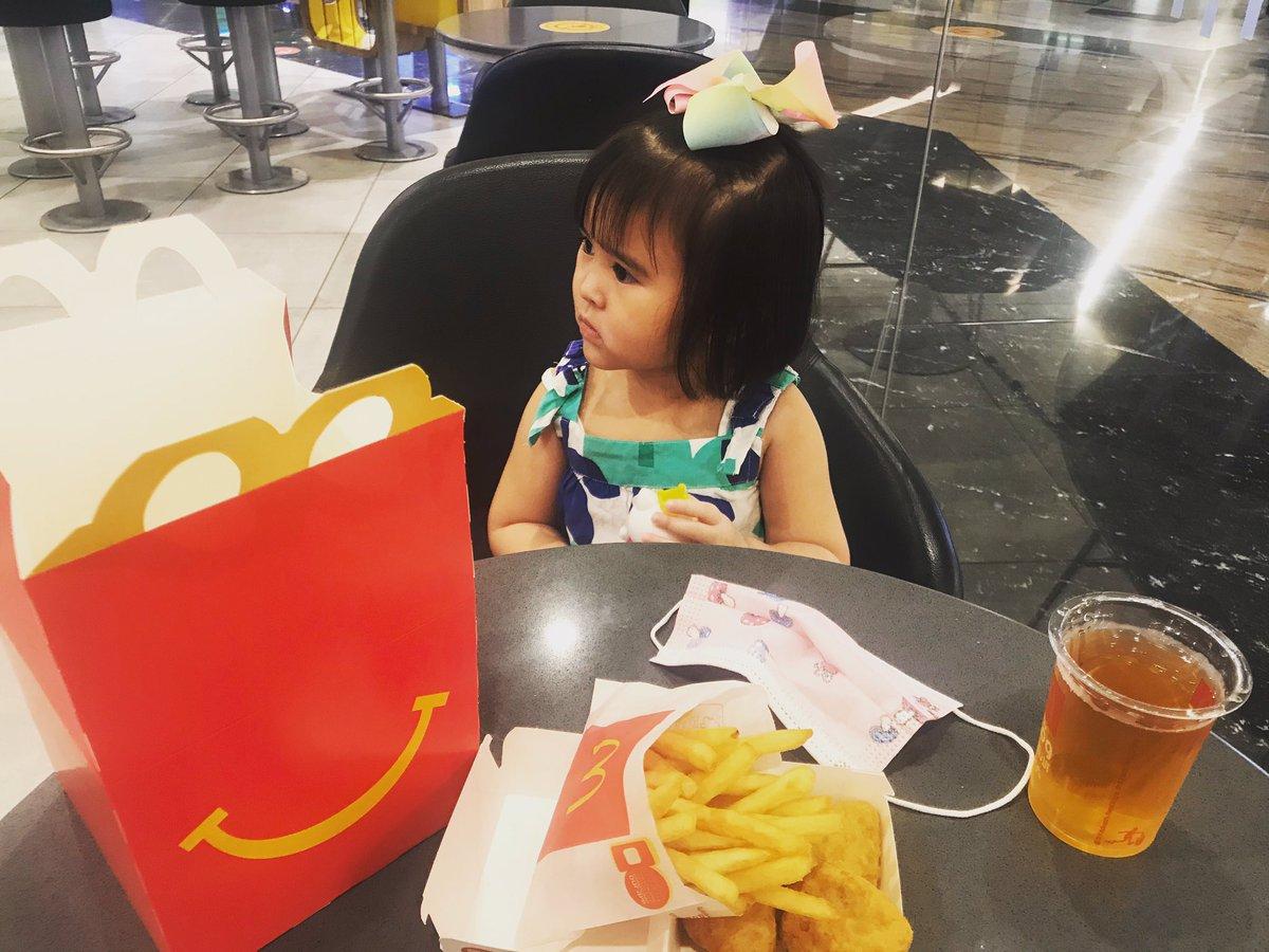 "A wise girl once said ""I love @mcdonaldsuae - kids love Mcdonals and toys"" - #sofine  so ayooon! Napasubo ang tatay 😂  My date while waiting for them 👓 #inabudhabi #babylove #papasgirl https://t.co/8Ine8FSoE7"