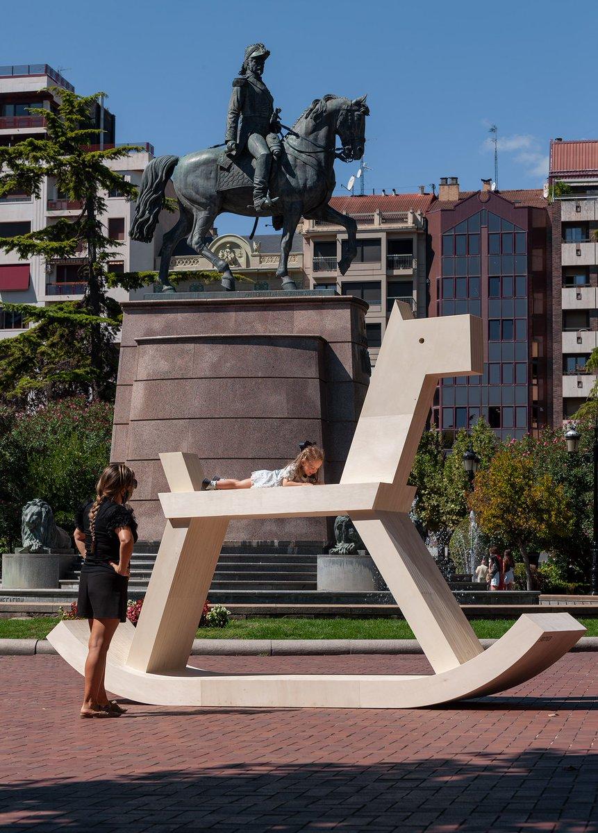 🐴 Hoy, que el monumento a Espartero cumple 125 años de su inauguración, recuperamos nuestro particular diálogo que establecimos con la instalación Estatua Ecuestre de Iza Rutkowska en #Concéntrico06  https://t.co/twpq2yAApB https://t.co/aBw9XldYDh