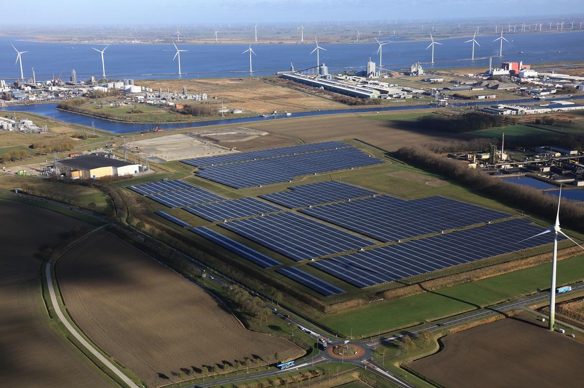 .@tennettso en @enexis breiden de netcapaciteit rond Delfzijl met 270 megawatt uit. Hierdoor is er straks voldoende capaciteit om aan te sluiten bij initiatieven in de regio op het gebied van duurzame energie en de industrie te vergroenen.  https://t.co/lnTw6Jofab https://t.co/9ethfmhXxa