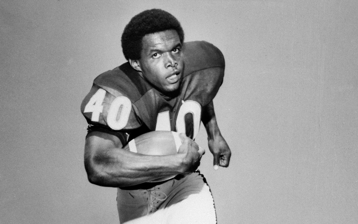 Chicago #Bears Hall of Fame running back, Gale Sayers has passed away at the age of 77.  Condolences to the Sayers family. Such a tragic loss for the football world.  #NFL #DaBears https://t.co/ZOg1DRnzaq