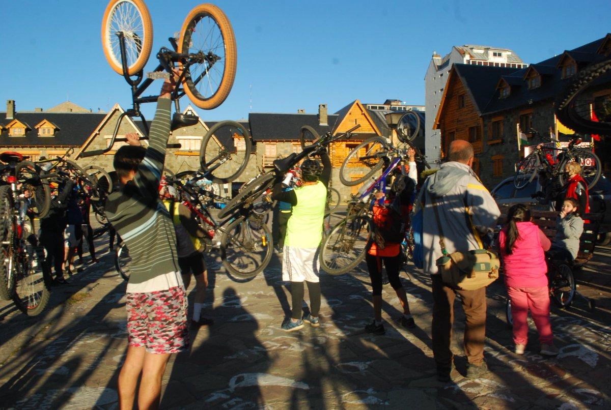 """""""Pedaleada por la vida"""": """"Un montón de vecinos poniendo el cuerpo para defender la vida""""  https://t.co/c7YbugaLVZ #ciclistas #bicicletas #Bariloche https://t.co/ME3IfdTe8F"""