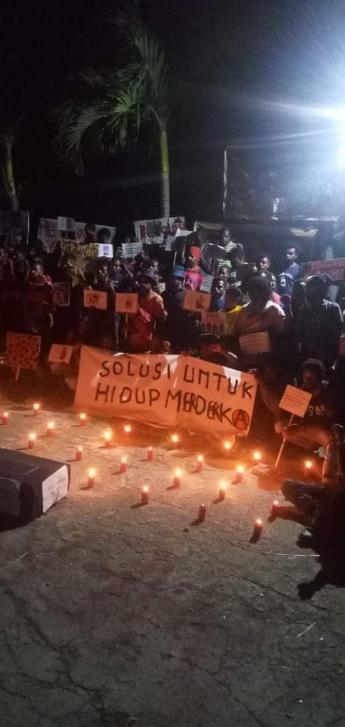23/9/20 Jayapura, West Papua  West Papuans held a vigil tonight remembering four students shot dead by police in Jayapura during the West Papua Uprising a year ago today.  No investigation has taken place to this day. https://t.co/DUp3GFP2GI