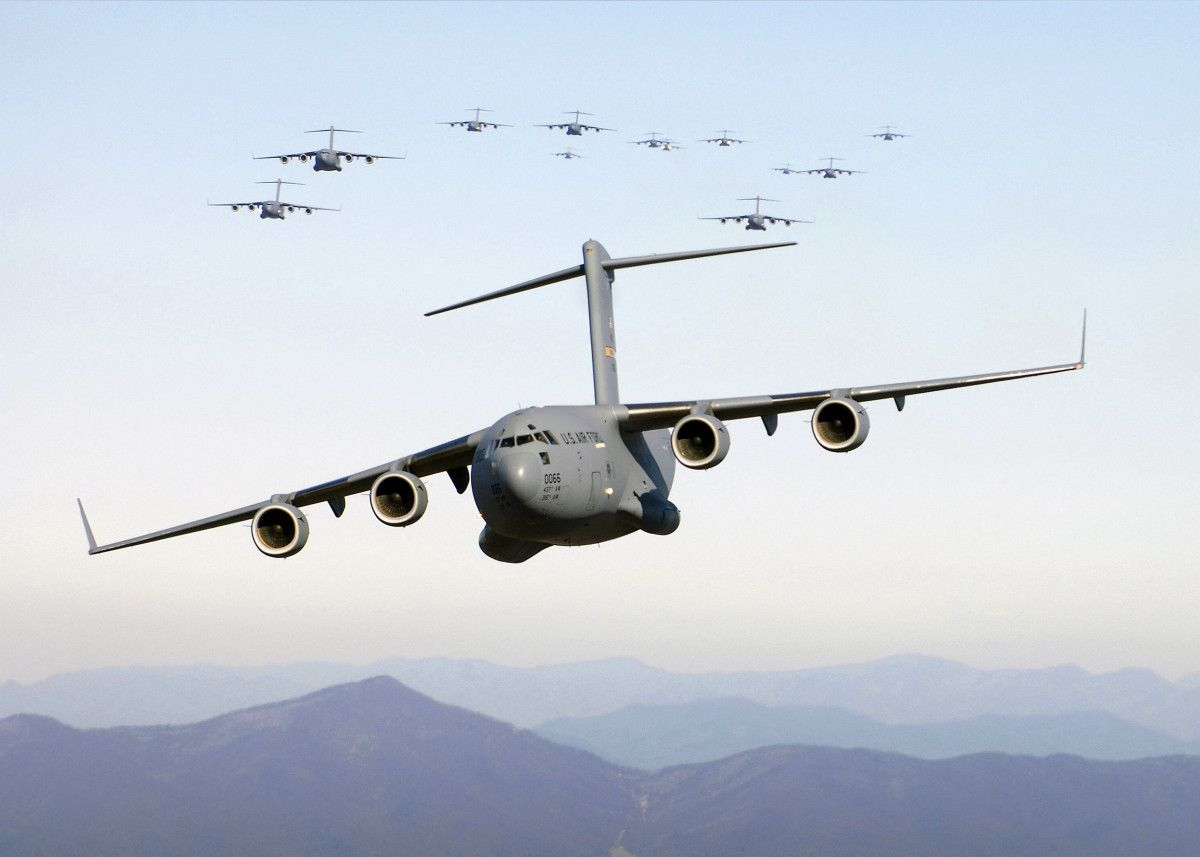 The #C17 #Globemaster III is a strategic transport aircraft, able to airlift cargo close to a battle area. #airplane #plane #aircraft #combat #interceptor #bomber #multirole #fighter #squadron #airforce #air #reactor #usaf https://t.co/cVAQytrLIm