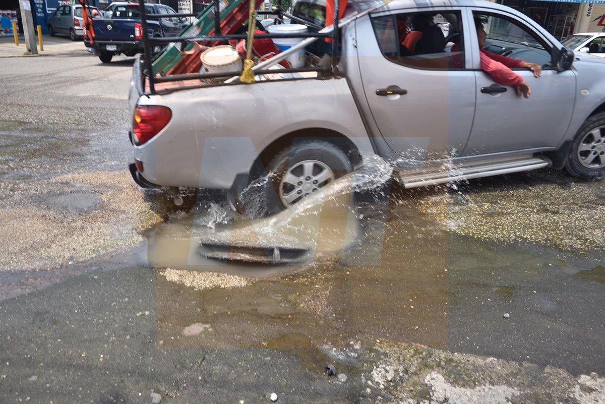 Aguas negras corren en la avenida Gregorio Méndez, esquina Allende en la col. Tamulté.  Vía: Joel Rubio  Fotografías: Jaime Ávalos https://t.co/8VQeLhYiQO