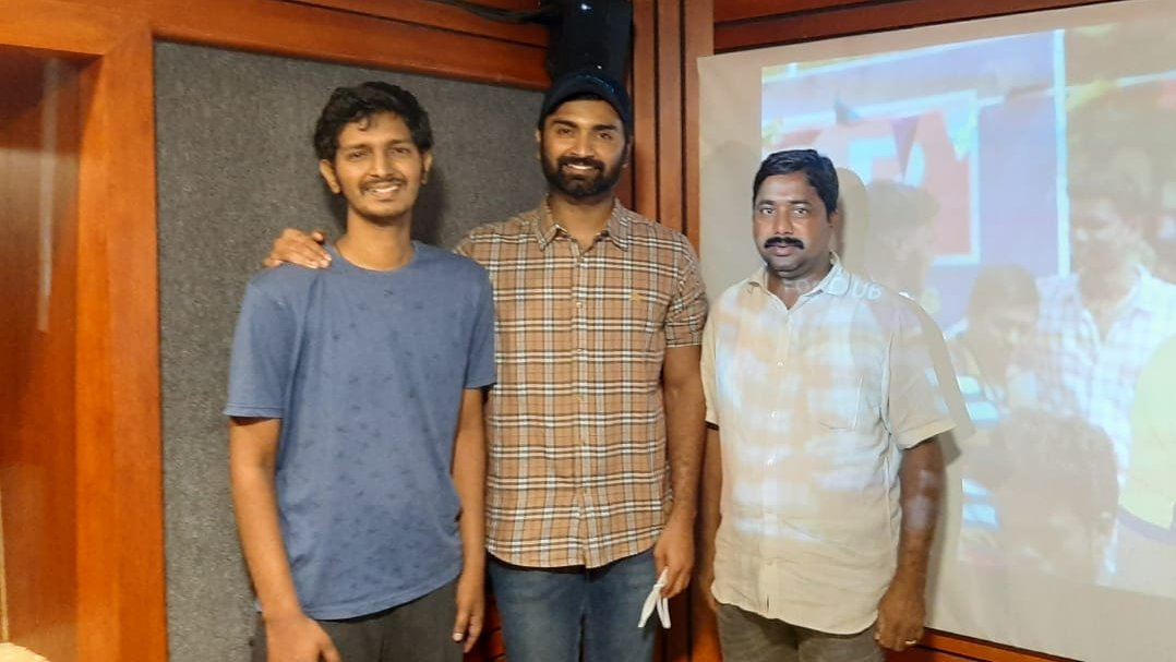 The dread😰 for not been into hunting😡🏹 has just got over🚧🤛! @Atharvaamurali👱👕 completes dubbing for #KuruthiAattam🤼🔥 directed by '8 Thottakkal' fame @sri_sriganesh89😎.  The film that has #Yuvan👨‍🎤 for music is getting ready📨📯 for an announcement very soon✌️!  #Atharvaa https://t.co/hfcyBVg5hU