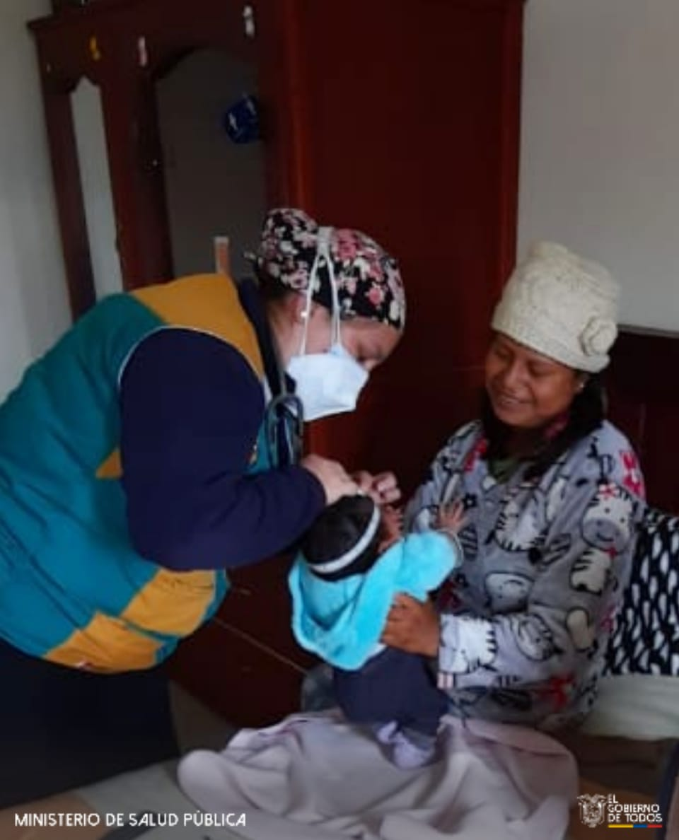 #Latacunga|  #MédicoDelBarrio realiza un control médico a una mujer postparto que vive en el sector #Tilipulo, para garantizar la salud de la madre y el hijo. #ActivadosPorLaSalud https://t.co/OxAv6xqimj