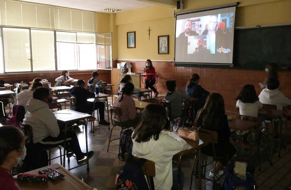 TUTORÍA - Alumnos de #Secundaria viendo la tutoría sobre #COVID19. Gracias @SesmaLab y Adolfo García-Sastre por vuestra colaboración.  #SomosLaSalle #coronavirus @LaSalleSectorVa   Os recordamos que está disponible en nuestro canal de Youtube. https://t.co/pZ7UsF7Ea0