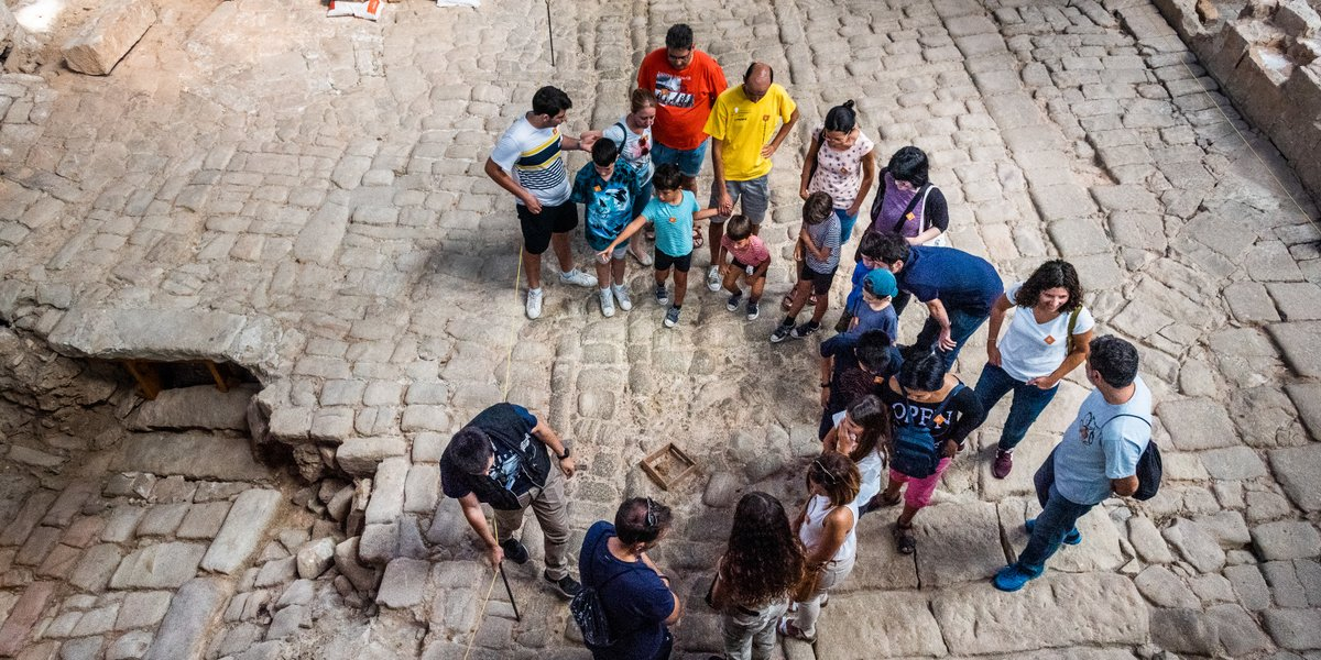 Busques activitats #enfamília per a #LaMercè❓ 👧🧒 A les visites exprés de demà petits i grans participaran en un del jocs més populars de la Barcelona del moment i passejaran pels carrers de fa 300 anys. ℹ Gratuït! 👉 https://t.co/OuKDphjs3j https://t.co/qG0PdMC2WD