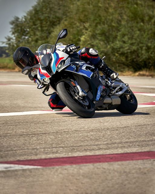 Every component of the incredible new #MRR has been carefully developed for top usable performance: From the newly developed WorldSBK M brakes, aerodynamic M winglets and revised motor.  #MakeLifeARide #BornOnTheRaceTrack #M1000RR  #NeverStopChallenging #BMWMotorrad https://t.co/mptFQbQ6TE