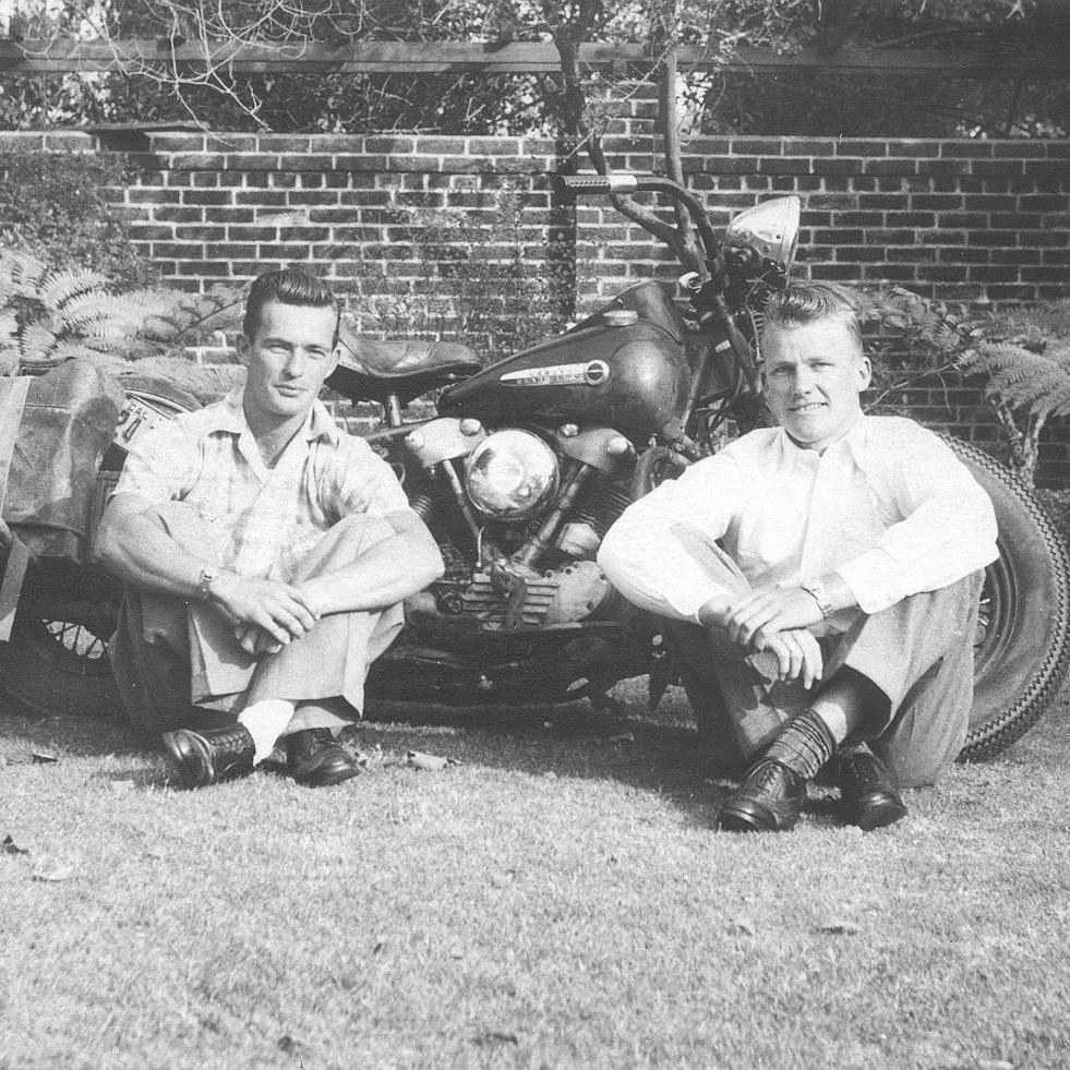 Viajeros de leyenda: En 1949, Paul Harder y Dick Walker recorrieron con esta Harley unos 21.000 kilómetros desde Long Beach, California, hasta Santiago de Chile.   No satisfecho con la hazaña, Walker condujo 6.000 kilómetros más hasta Río de Janeiro.   #FindYourFreedom https://t.co/nkR1UdgU11
