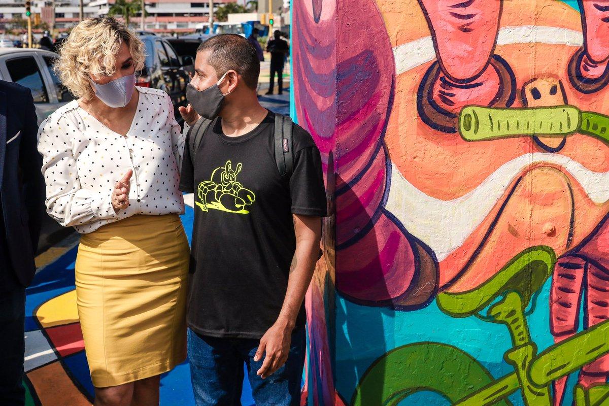 11 canecas de pintura de tráfico se necesitaron para intervenir 801.57 m2 de cruce y realizar el mural del cangrejo en bici desarrollado por el artista urbano GABO, así como para la construcción de 10 rampas para personas con movilidad reducida. https://t.co/vlPRwVI2OT
