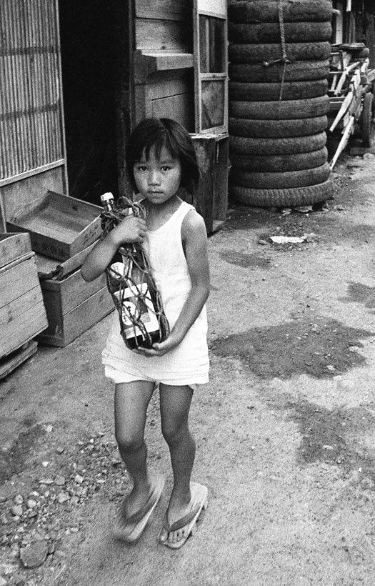 夢中で全部見てしまった。写真館店主の息子さんが、父親が残した800本のネガフィルムを発見し、ブログで公開。昭和31、2年の岐阜・高山。おつかい、水路、大衆食堂など、どこでも見かけたが、今はほとんど見かけなくなった風景。東日本大震災を機に更新をやめられている。