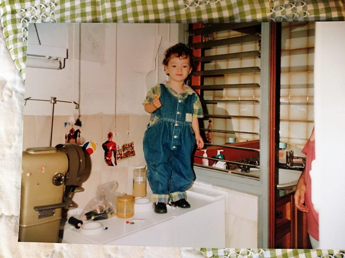 Me encanta esta foto de la hermana de @InesAlcolea junto a los botes de cola tóxica para aparar y la máquina de coser, por todo lo que supone. Cuidados, crianza, trabajos domésticos, riesgos laborales... todo dentro de la misma casa.  https://t.co/hKRI8OSeqs https://t.co/NyKt7jeBGM