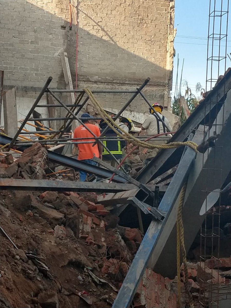 #ZONALocal   Saldo de 3 trabajadores lesionados deja el derrumbe de una obra en calle Juana de Arco al cruce de Gladiola en la Colonia la Coronilla, trabajan Bomberos y Cruz Verde de #Zapopan 🚨  Info: @Eloy_Arellano https://t.co/4VZ8556k1o