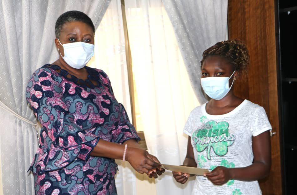 #Moments   Nadège est une volontaire nationale de compétences en poste à @CommuneOgou1.  Dans le cadre de la riposte #Covid19, elle a fabriqué une grande quantité de savon liquide qu'elle a offert à la mairie pour appuyer les femmes des marchés.  J'ai été émue par son initiative. https://t.co/b6KauaaGy0