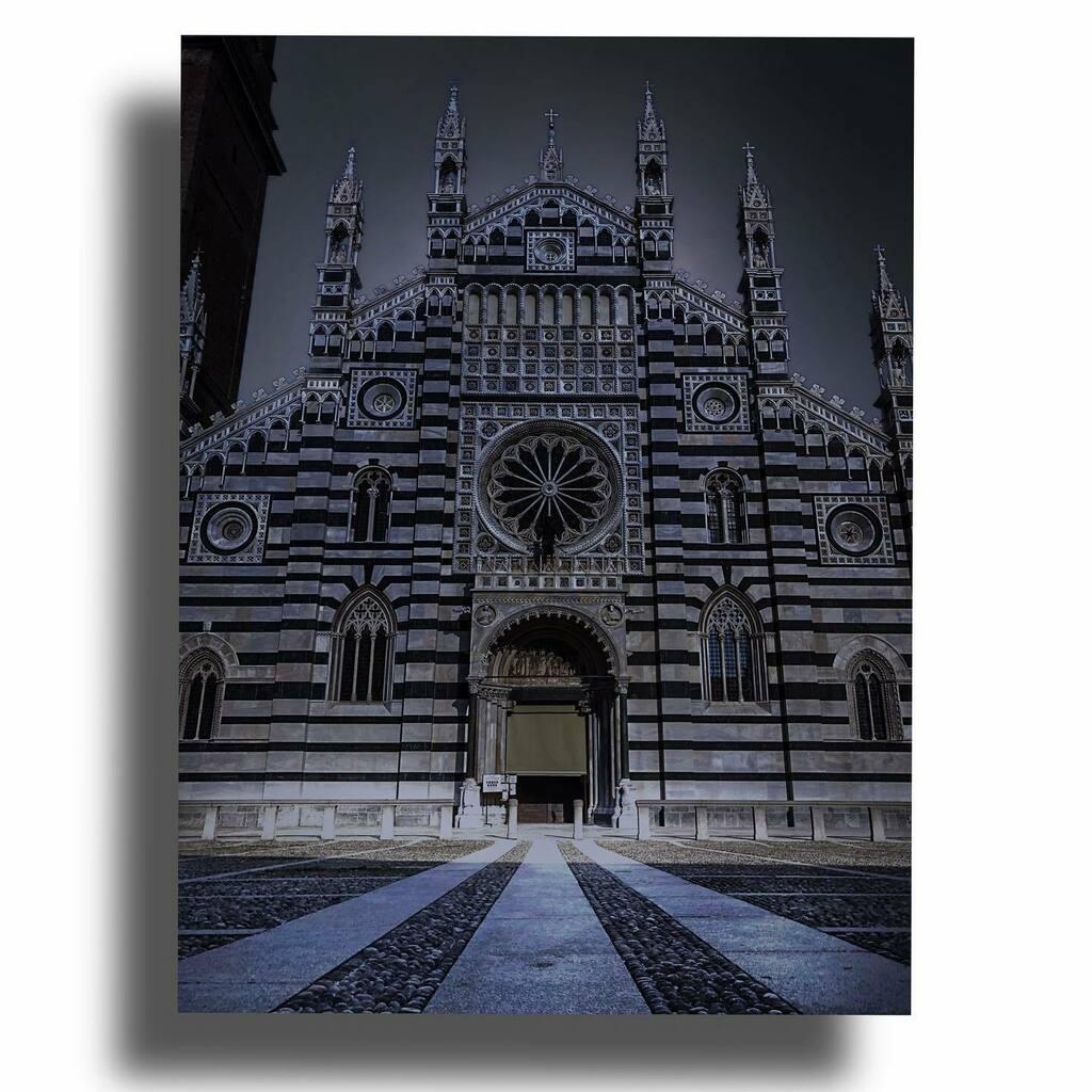 La strada è già piazza e la sera è già notte ... • • • • #piazzaduomo #duomodimonza #duomodimonzadoporestauro #duomo #monza #monzabrianza #monzatoday #monzacity #chieseditalia #chiese_e_dintorni #churches #churchesofinstagram #churchesoftheworld #… https://t.co/gNAxShUvRc https://t.co/b478pkFk9u
