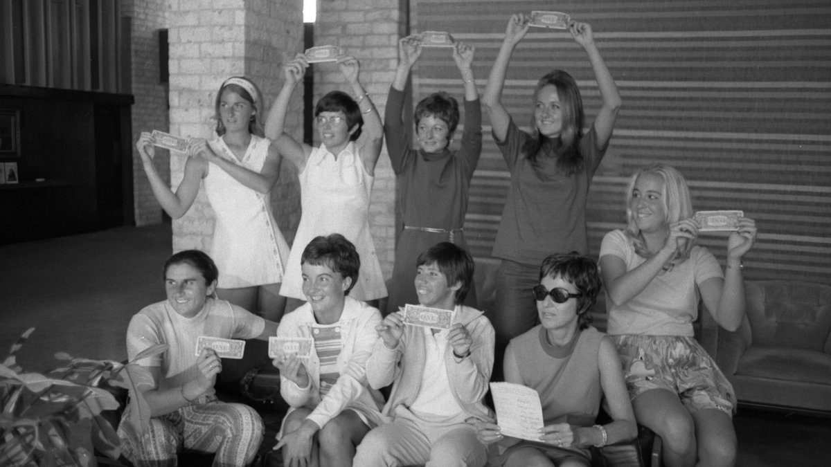 50 years ago today, almost to the hour, the #Original9 signed $1 contracts in Houston. A press conference followed. Rosie & Val then played a match.   My dream began that day.   It lives on within each of the dynamic women players of today.   📷: HRMC, Houston Public Library https://t.co/LD7eMC65kx
